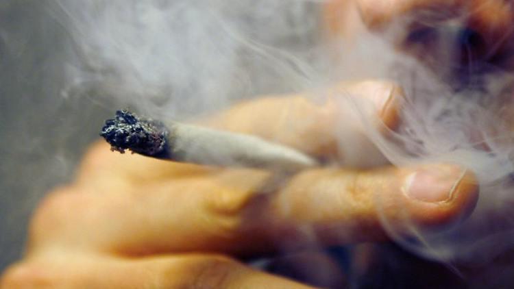 [Bild: Ein-Mann-raucht-einen-Joint-mit-Marihuana.jpg]